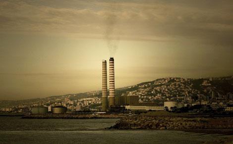 Una planta de carbón emite gases contaminantes en Zouk Michael, cerca de Beirut. | AFP