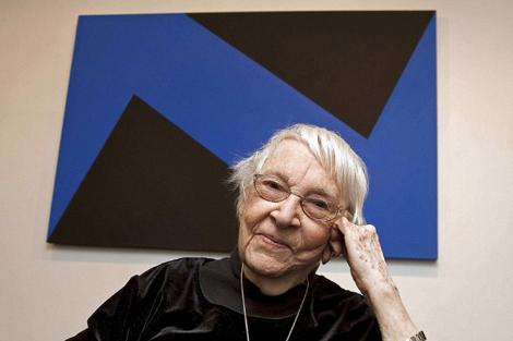 La pintora cubana Carmen Herrera posa junto a una de sus obras. | Miguel Rajmil