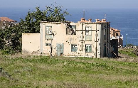 Estado de abandono en el que se encuentra la 'Casa Amarilla', en el Puerto de la Cruz. | Efe