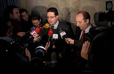 Francisco Serrano atiende a los medios, junto al letrado Joaquín Moeckel. | C. Márquez