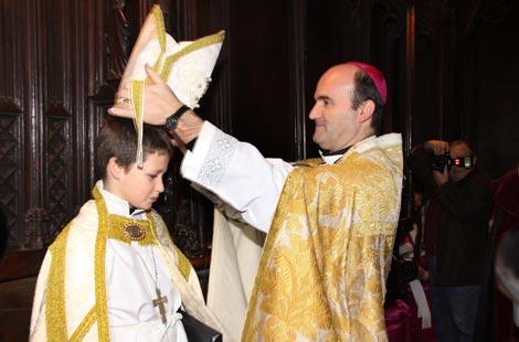 El obispo de Palencia coloca la mitra sobre el obispillo. | M. Brágimo