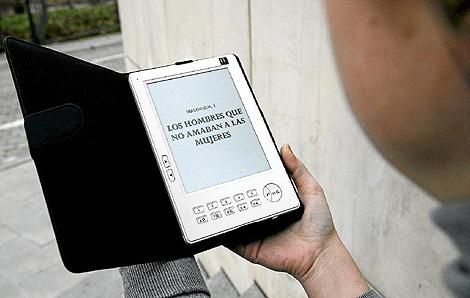 Un usuario lee un libro en el dispositivo Kindle.   Archivo