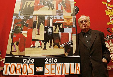 Luis Gordillo, con su cartel en la Maestranza de Sevilla. | Conchitina