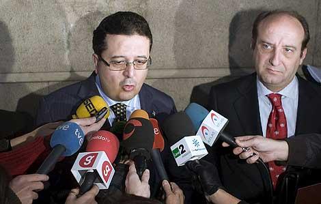 El juez de Familia Francisco Serrano junto a su abogado Joaquín Moeckel.   Efe