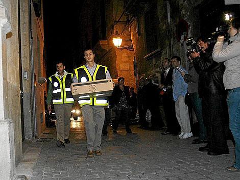 La policía judicial tras incautarse de diversa documentación durante el registro del palacete de Matas | Alberto Vera
