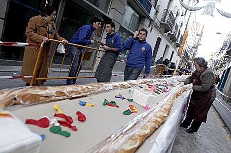 Los jóvenes de la hermandad han expuesto el bocadillo en las calles. | Madero Cubero