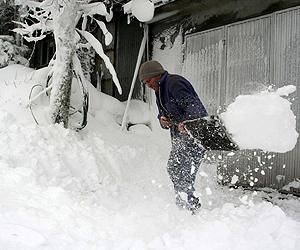 Un hombre retira nieve de su vivienda de Alto do Poio (Lugo). | Efe