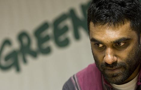 El director de Greenpeace Internacional, Kumi Naidoo, durante la rueda de prensa en Madrid.   Reuters