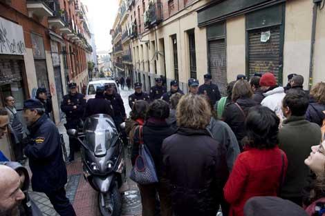 La policía impide el acercamiento de los activistas al centro.   A.R.