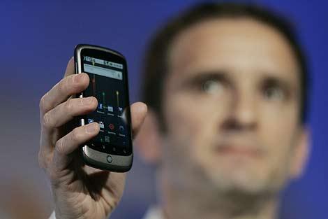 Mario Queiroz, vicepresidente de producto de Google, sostiene el Nexus One. | Afp