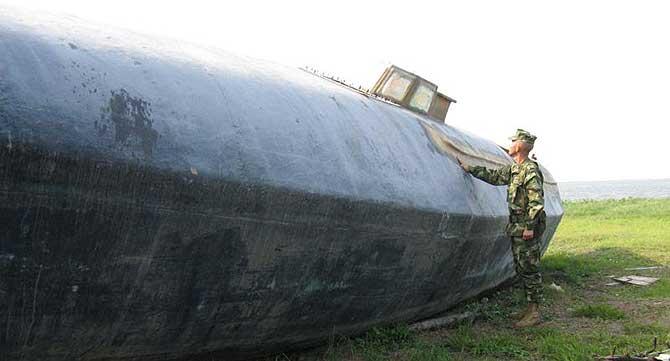 Uno de los submarinos que empelan los mafiosos para transportar cocaína, incautado por la Marina colombiana. | SH-M