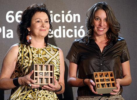 Clara Sánchez (izqda.) y Llucia Ramis (dcha.), con sus galardones.   Q. García