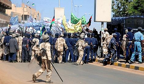 Policía sudanesa carga contra seguidores de la oposición. | AFP