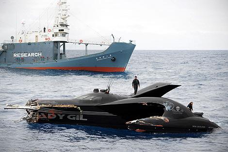 La embarcación ecologista, destrozada tras el choque. | Reuters