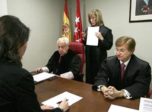 Momento de la firma del laudo por parte del árbitro, el presidente del Consejo Arbitral y la propietaria del inmueble. El inquilino no hizo acto de presencia.   ELMUNDO.es