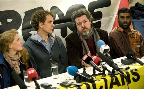 López de Uralde junto a dos de los activistas detenidos y al director de Greenpeace. | Efe
