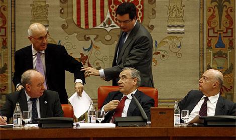 El presidente de la comisión, Alfonso Guerra, conversa con el portavoz de CiU Duran i Lleida. (Foto: Alberto Di Lolli)