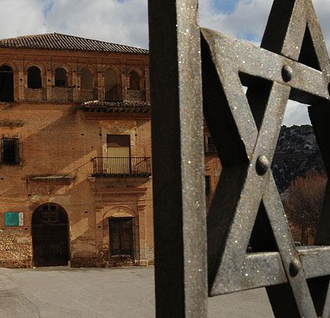 La abadía del Sacromonte vista a través de una reja.   Jesús García Hinchado