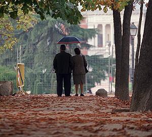 Una pareja pasea por el parque de El Retiro, en Madrid. | A. Heredia