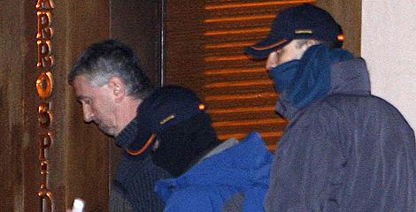 Agentes de la Guardia Civil con Pedro María Olano, durante los registros. | Efe