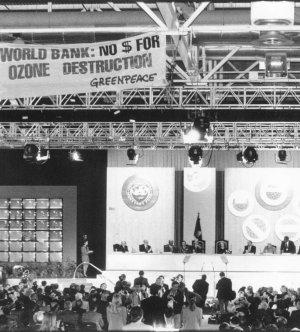 El Rey y los líderes económicos mundiales, bajo el pancartazo de Greenpeace, en Madrid, el 4 de octubre de 1994. (Foto Javi Martínez)