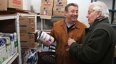 Zoido, en la sede de Cáritas del Cerro, con su responsable. | C. Márquez