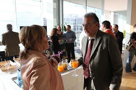 Agustín Navarro y Maite Iraola tras el desayuno informativo.   E.M.