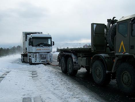 Un camión del UME retira un vehículo pesado en la A-23.