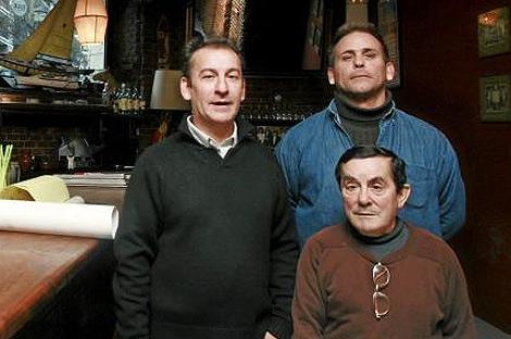 El supuesto agresor de Tertsch, de azul, junto a dos de sus empleados. | Carlos Alba