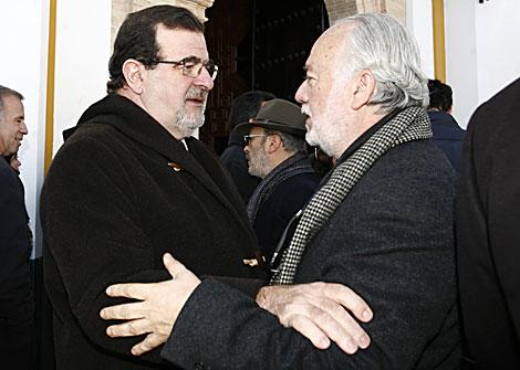 El ex presidente Rodríguez de la Borbolla (izqda) saluda a Pérez Salda antes del funeral. | E. Lobato