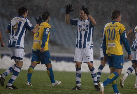 Elustondo y Agirretxe se feliccitan después de uno de los goles de la Real al Cádiz en Anoeta. | Justy