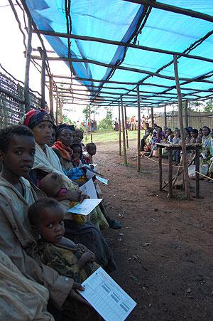 Niños con sus madres haciendo cola durante la emergencia nutricional en Oromiya (2008). (Foto: Damien Follet/MSF)