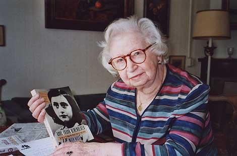 Miep Gies muestra la portada del libro 'El diario de Anna Frank'. | Ap