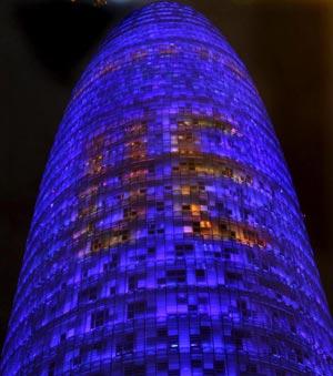 La torre Agbar de Barcelona iluminada con motivo del inicio de la presidencia española de la Unión Europea.| Efe