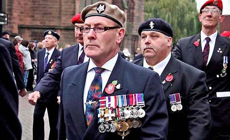 Roger Day, durante el desfile, con sus 17 medallas falsas. | 'The Times'