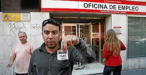 Un inmigrante marroquí, en una oficina de empleo.   Sergio González