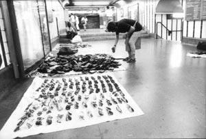 Puestos de venta ambulante en los pasillos del Metro de Madrid.| Fernando Quintela (Archivo)