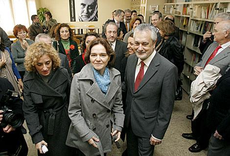 El presidente de la Junta, la viuda y el resto de las autoridades, en la biblioteca. | Madero Cubero