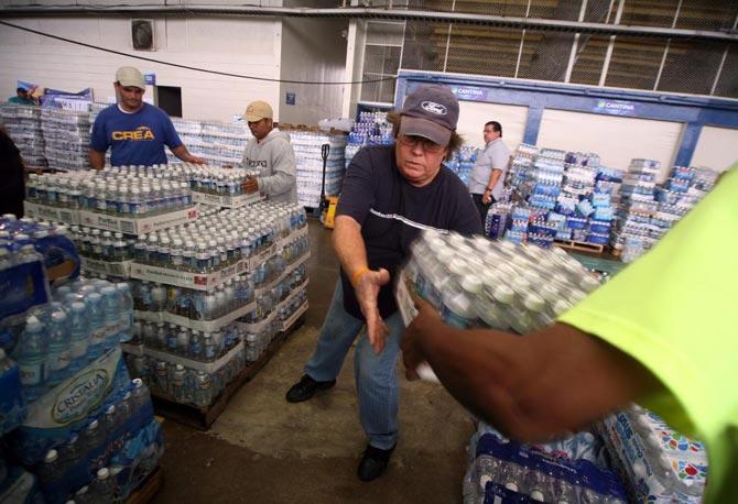 Varios voluntarios trabajan en San Juan (Puerto Rico) en la recolección de alimentos, medicinas y ropa que serán enviados a Haití.| Efe
