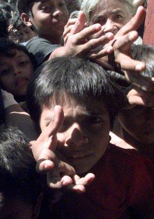 Imagen de la desesperación tras el paso del huracán Mitch por Centroamérica, en noviembre de 1998 (AP)