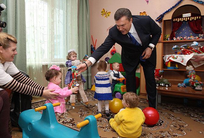 El candidato Yanukovich empequeñeció aún más a los niños de un orfanato de Dnipropetrovsk. | Partido de las Regiones