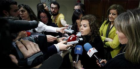Un grupo de periodistas entrevista a S. Sáenz de Santamaría en el Congreso. (Foto: A. Di Lolli)