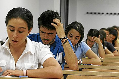Estudiantes durante un examen de acceso a la Universidad, el pasado junio. | Conchitina