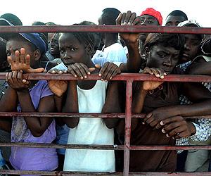 Una multitud de haitianos aguarda la ayuda. | Afp
