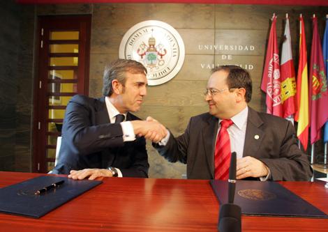 El rector de la UVa,,Evaristo Abril, y el presidente de Bodegas Emilio Moro, José Moro, durante la firma del convenio. Ical