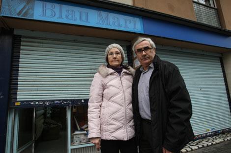 Feliciana Piris y su marido frente a su negocio, con el nombre cambiado | Q. García