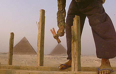 Un niño trabaja en las cercanías de las Pirámides de Giza, en 1999.  AP