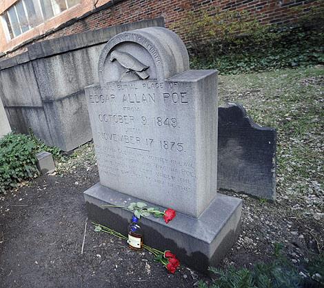 Media botella de coñac y tres rosas en el sepulcro de Poe. | Ap