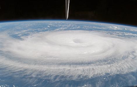 Imagen captada desde el transbordador Atlantis del huracán 'Gordon' en el Atlántico.   NASA