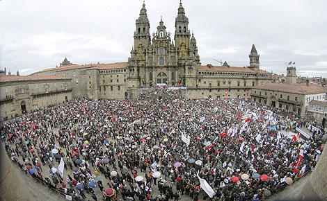 Personas concentradas en el Obradoiro. | Efe